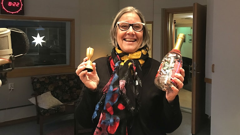 En glad Marie Åkerlund håller upp sin pokal som hon fick för att hon blev Blekinges bästa instagrammare.
