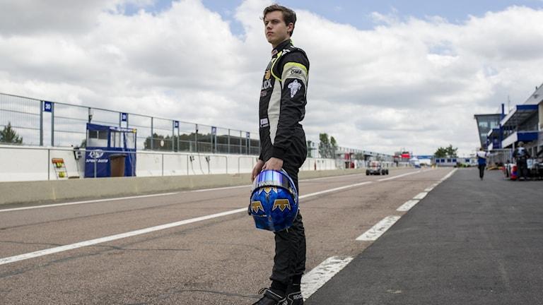 Edward jonasson står på en racingbana