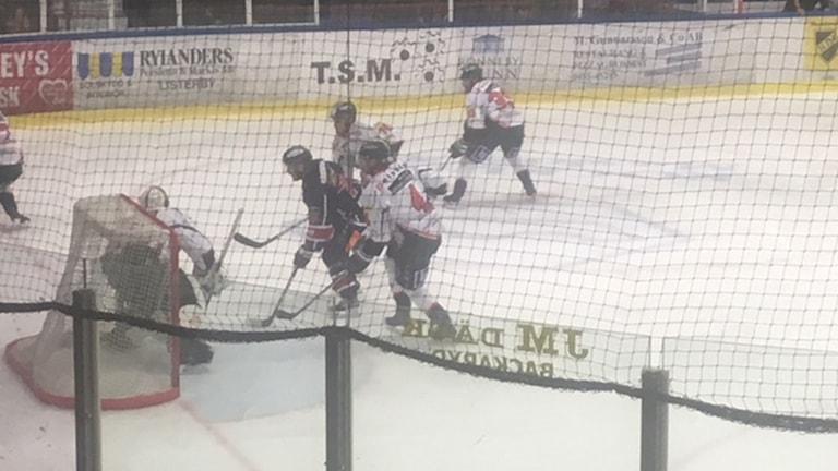 Ishockeyspelare framför mål.
