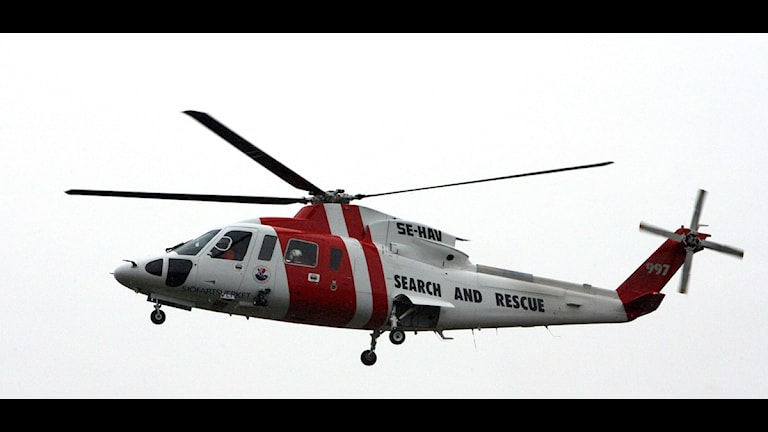 Sjöräddningens röda och vita helikpter. Foto: Tobias Wallström / SCANPIX