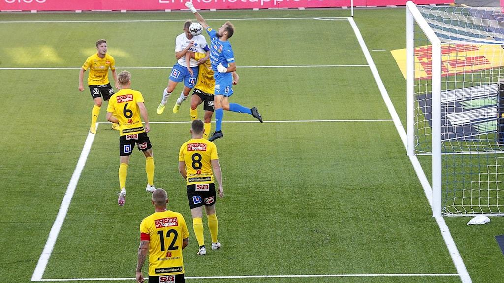 Mjällby AIF:s spelare framför eget mål. Foto: Stefan Jerrevång/TT