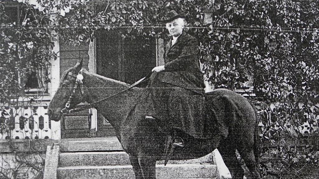 Augusta Tonning på sin häst Rösträttskampen.
