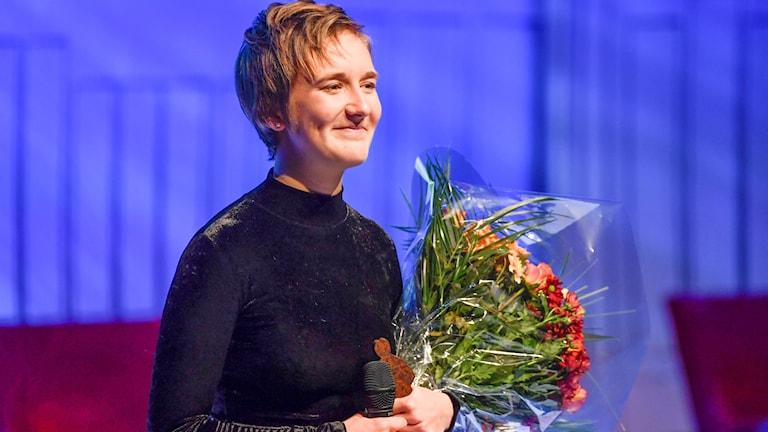 """Saga Miketinac från Ronneby fick Lilla Augustpriset för """"Den röda cykeln"""". Foto: Pontus Lundahl/TT."""