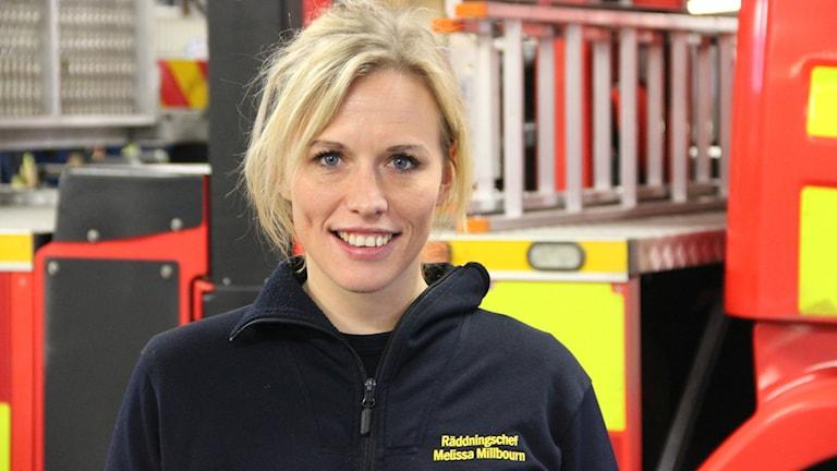 Melissa Millbourn framför en av räddningstjänstens bilar.