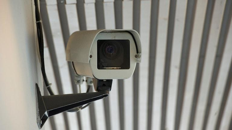 En bild på en övervakningskamera som är uppsatt på en vägg.