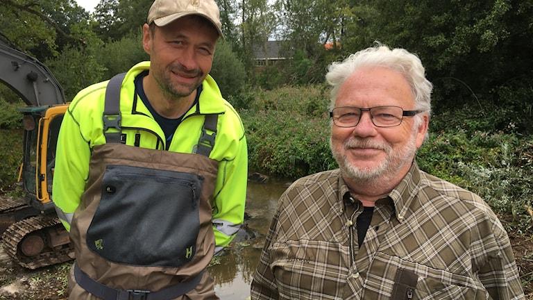 Peter Johansson konsult och Kalle Nilsson i Nättrabyåns fiskevårdsföreningsområde