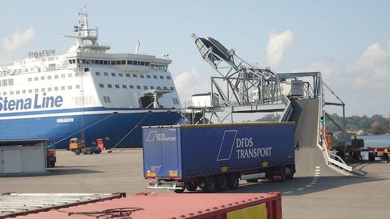 Ett fartyg från Stena Line ligger vid kajen i Verköhamnen i Karlskrona. Framför rampen till fartyget står en långtradare. Foto: Mikael Eriksson/SR.