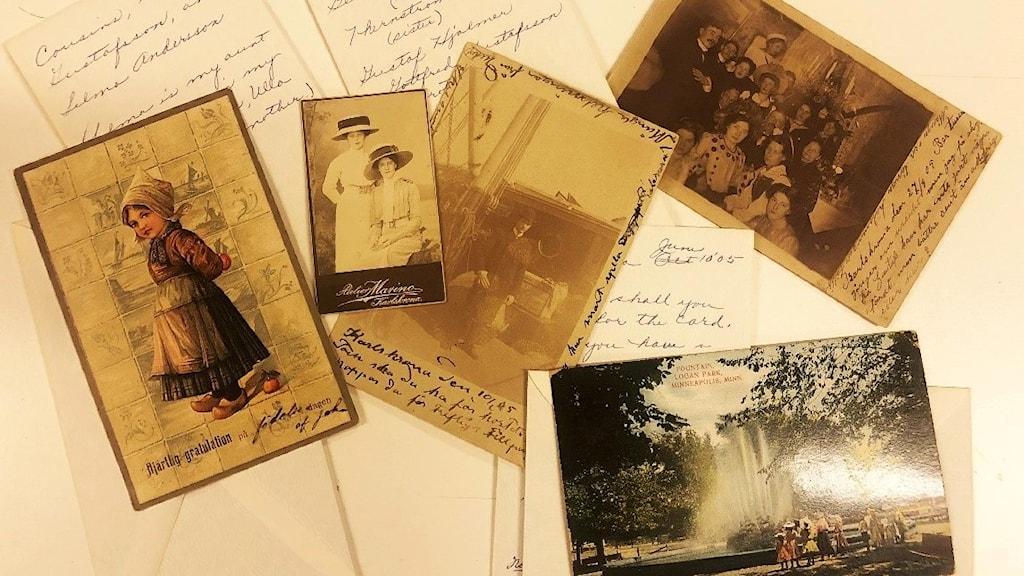 Flera vykort ligger på ett bord.