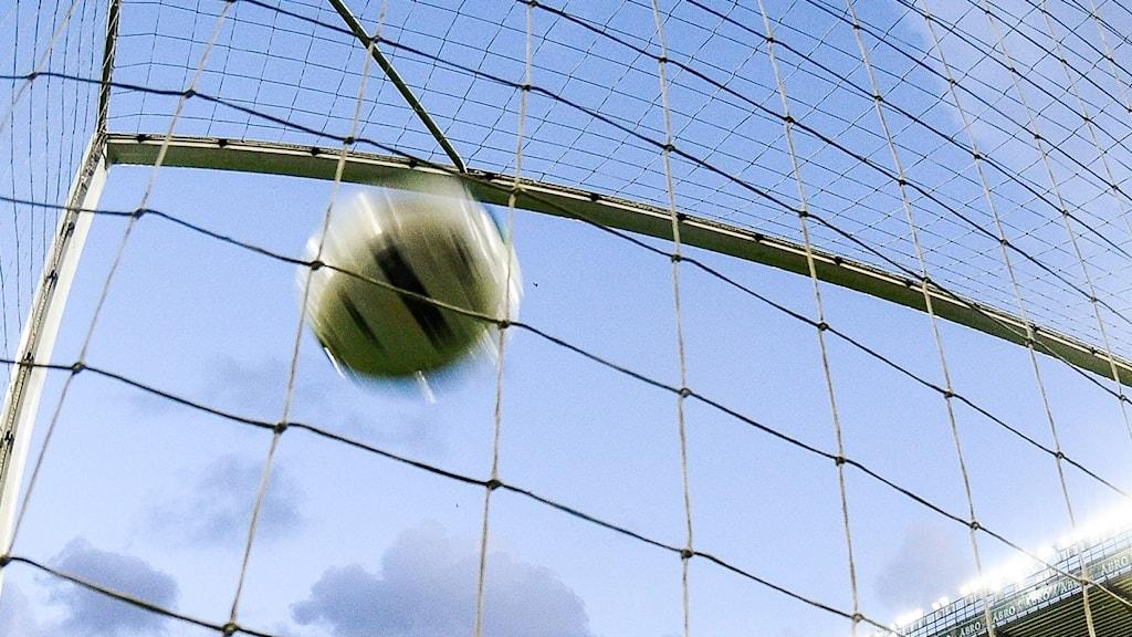 En fotboll som åker rakt upp i krysset.