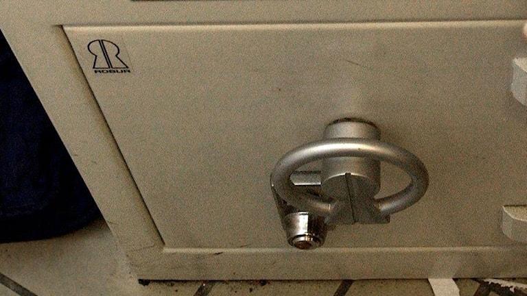 Ett kassaskåp sett snett uppifrån. På framsidan syns ett lås. Foto: Maja Suslin/Scanpix.