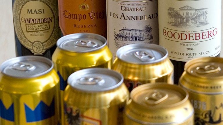 Sex ölburkar i guld och fyra vinflaskor med olika etiketter. Foto: Maja Suslin/Scanpix.