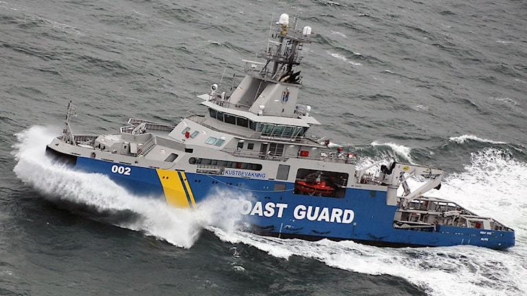 En av kustbevakningens båtar färdas på vatten. Foto: Kustbevakningen.