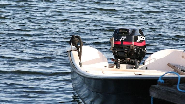 Liten motorbår i vatten. Foto: