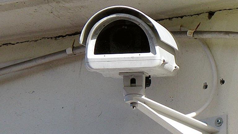 En vit övervakningskamera. Foto: SR.