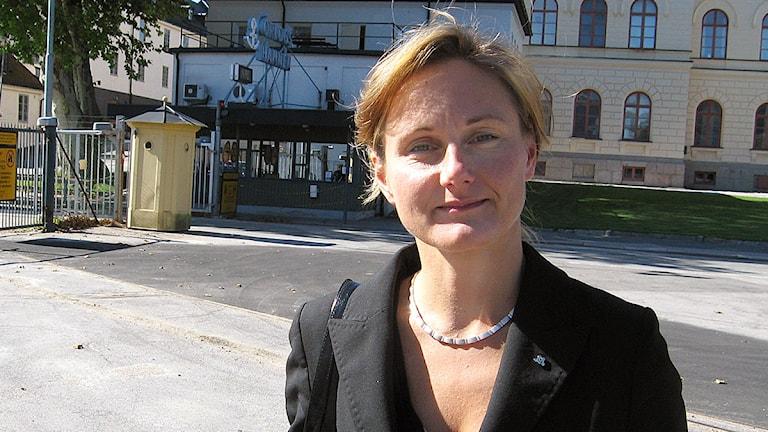 Rubrik:Annicka Engblom.Bredd:1200Höjd:675Beskrivning:Annika Engblom i svart kavaj i solsken utanför Marinbasen i Karlskrona. Foto: Malin Nilsson/SR.