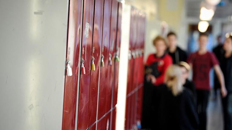 Skolkorridor med skåp.
