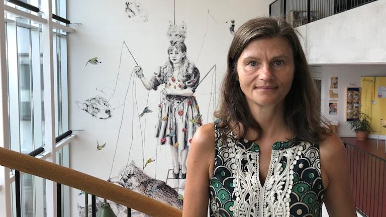 Eva Pettersson, vice rektor på BTH, i en trappa på BTH.
