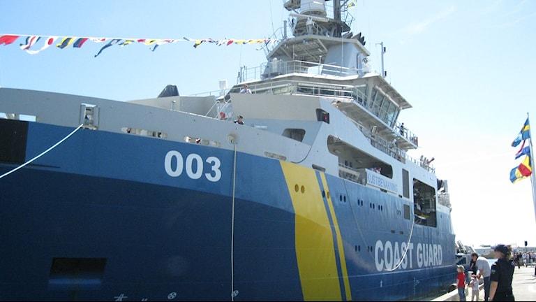 Kustbevakningens nya fartyg KBV 003. Fartyget är påväg att angöra hamnen i Karlskrona. Foto:Mia Boström/SR.