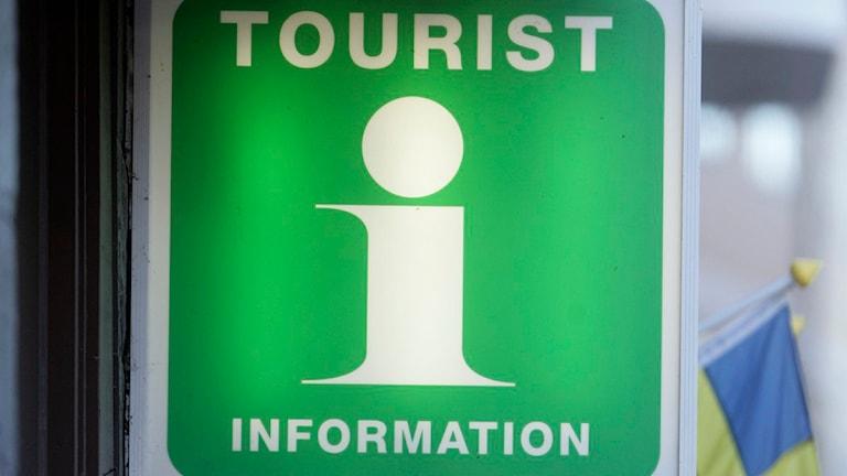 Grön skylt med texten Tourist information. Foto: Fredrik Sandberg/Scanpix.