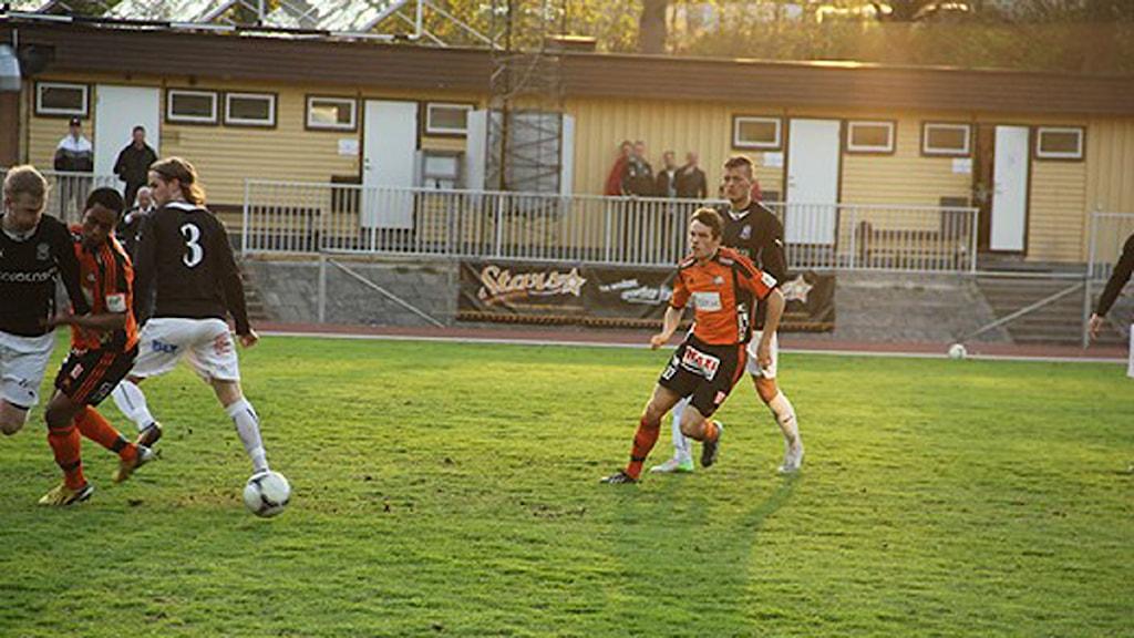 Rasmus Holgersson på väg för att att hjälpa sin lagkamrat i FK lskrona Muktar Ahmed. Foto: Martin Andersson/Sveriges Radio