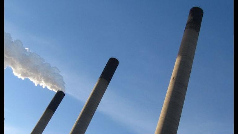 Karlshamnsverkets tre skorstenar var av det kommer rök ur en av dem.