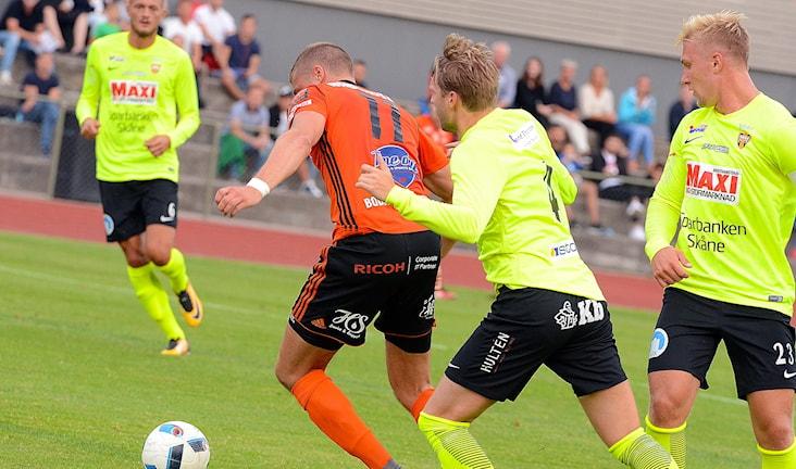 Kalle Lindqvist FK Karlskrona sliter sig loss och får målläge. Foto Torbjörn Sunesson.