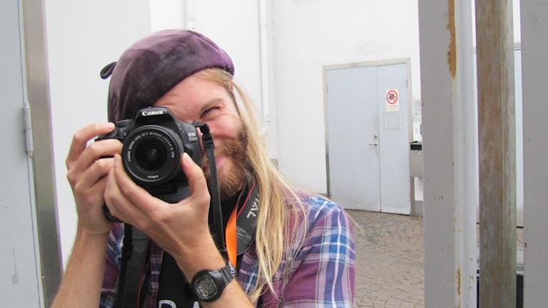 Eric Gustafsson håller en kamera