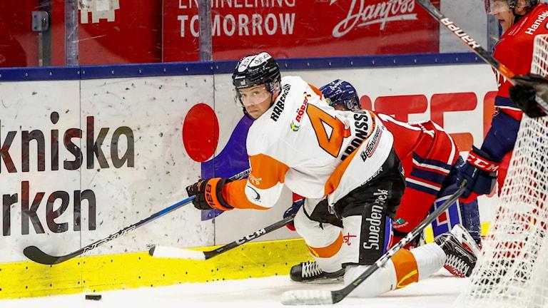 Victor Aronsson i kamp med Linköpings Sebastian Karlsson.