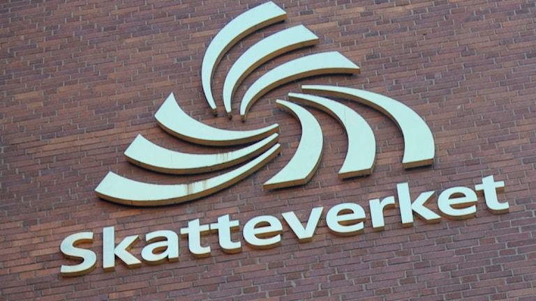 Skatteverkets logga mot en tegelvägg. Foto: Fredrik Sandberg/Scanpix.