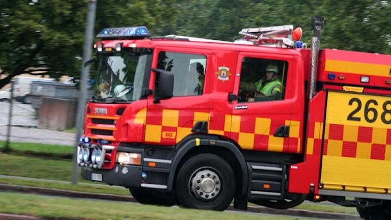 Räddningstjänstbil på utryckning. Foto: Nick Näslund/SR.