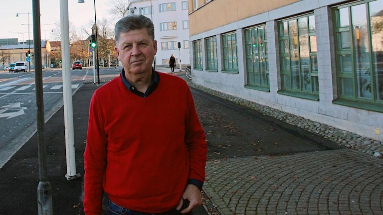 Nu kommer vintern och mörkret, och med följer även inbrottstjuvarna. Tomas Pärklo förklarar varför och även vad du kan göra för att skydda dig.