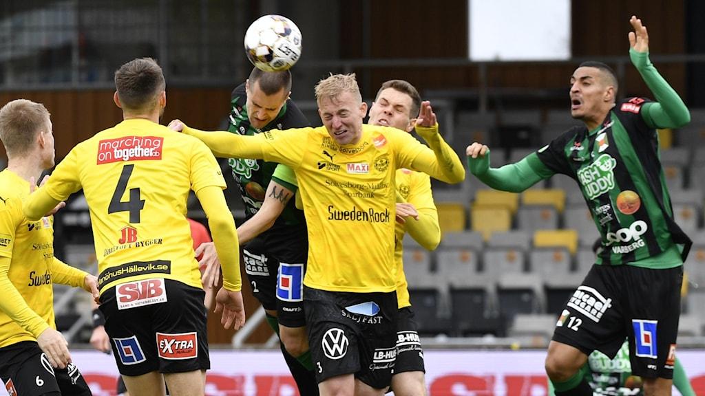 Varbergs lagkapten  Jon Birkfeldt nickar bollen förbi Mjällbys Daan Klinkenberg (#3) under söndagens fotbollsmatch i allsvenskan mellan Mjällby AIF och Varberg. Foto: Johan Nilsson/TT