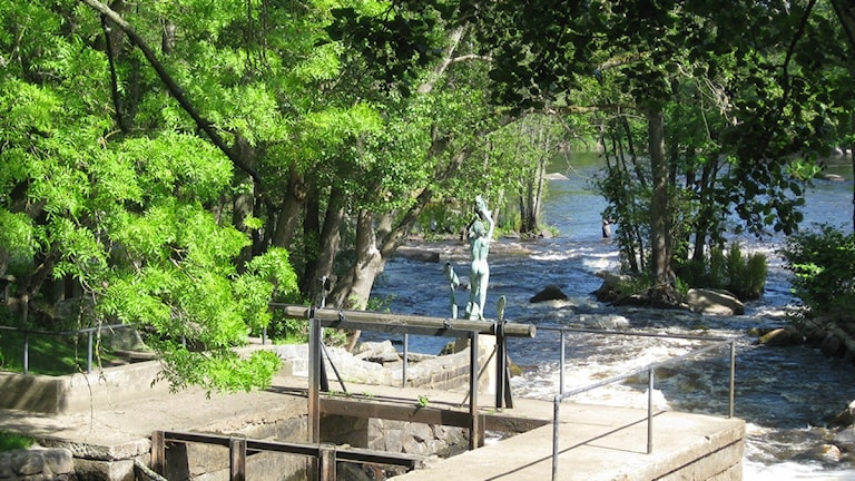 Mörrumsån. En staty står vid vattnet. Foto: Ingrid Hildingsson/SR.