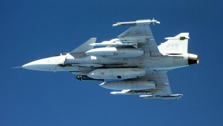 Ett Jas plan i luften fotat snett underifrån. Foto: FL 01