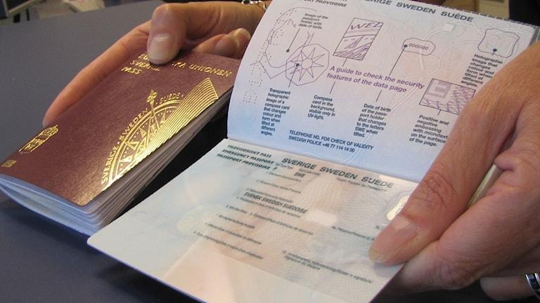 """Ett """"vanligt"""" och ett provisoriskt svenskt pass. Foto: Frank Luthardt/Sveriges Radio Blekinge."""