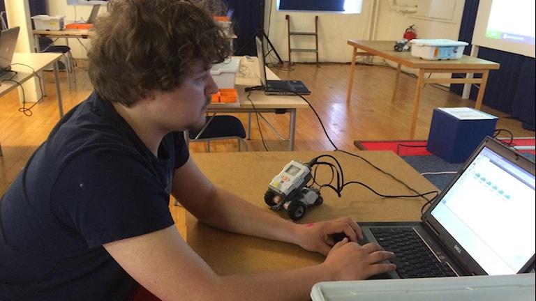 Niklas Gellersten sitter vid en dator.
