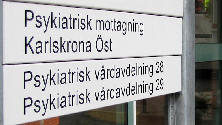 Skylten för Psykiatrisk mottagning Karlskrona Öst samt Psykiatrisk vårdavdelning 28 och 29. Foto: Frank Luthardt/Sveriges Radio.