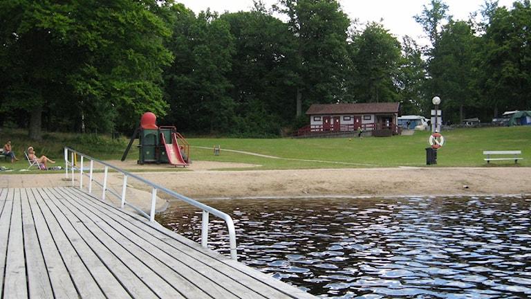 Stranden vid halens badplats sedd från en brygga.