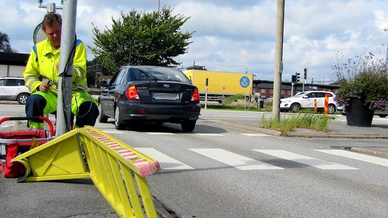 Peter Bohm jobbar med att byta ut ett av trafikljusen vid korsningen Österleden - Skeppsbrokajen i centrala Karlskrona. Foto: Frank Luthardt/Sveriges Radio.
