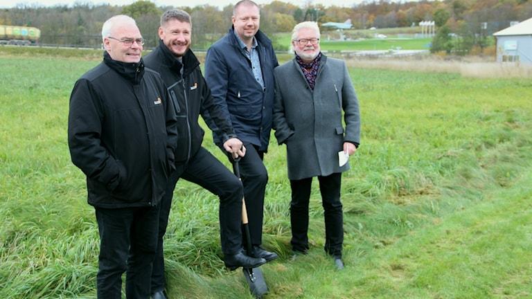 Göte Karlsson och Örjan Nilsson från Elcom tillsammans med Ronnebys kommunalråd Roger Fredriksson (M) och näringslivschefen Torbjörn Lind.