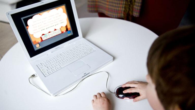 Ett barn vid en bärbar dator.