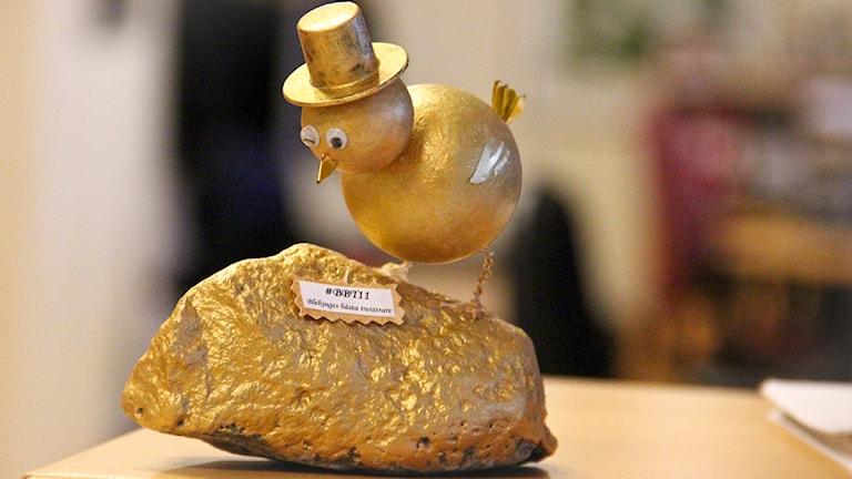 En hemmagjord fågel i guld med hatt. Foto: Peder Broberg/Sveriges Radio.