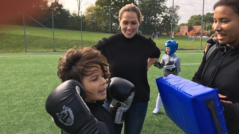 Caroline Ek, trefaldig världsmästare i kickboxning instruerar.