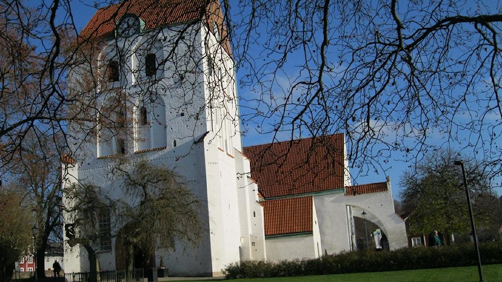 Vit kyrka mot blå himmel. Foto: Carina Melin/Sveriges Radio.
