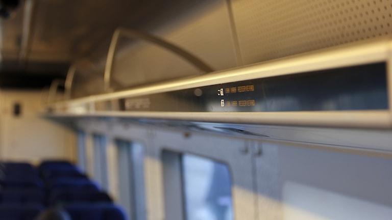 Text vid tågsäten som säger att de kan vara reserverade.