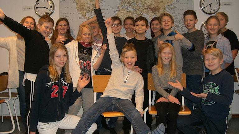 Barn i åk fem på G-klavens skola jublar i sitt klassrum.