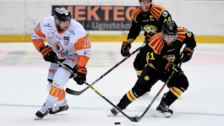 Karlskronas Emil Larsson i kamp med Brynässpelare i en tidigare match.