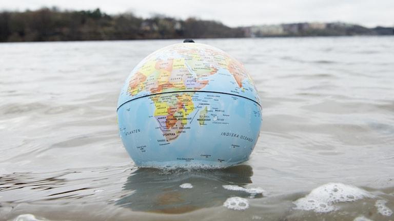 En jordglob i vattnet.