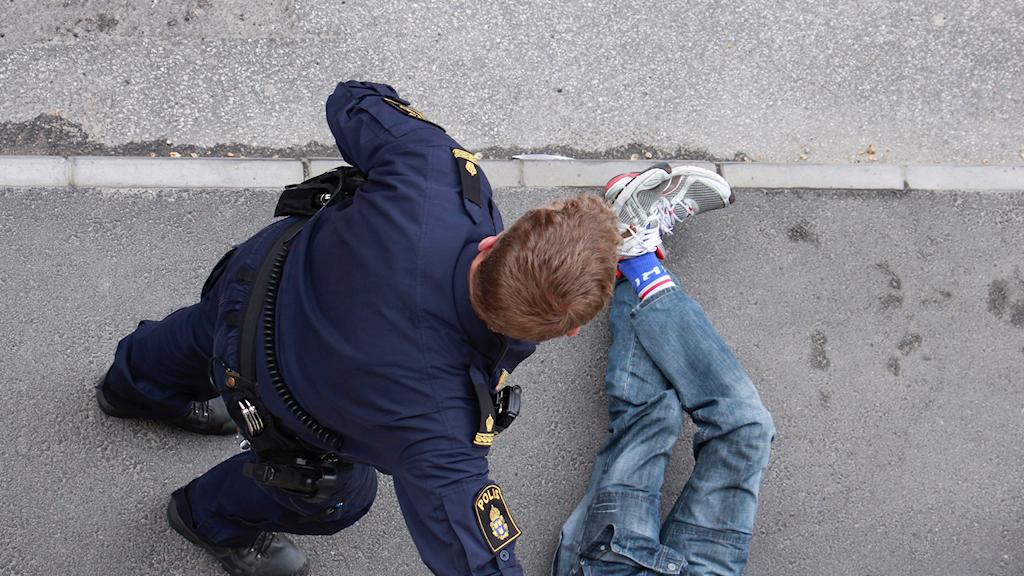 Man omhändertas av Polisen enligt Lagen om omhändertagande av berusade personer.