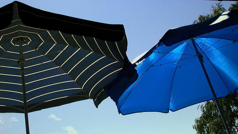 Två parasoll.